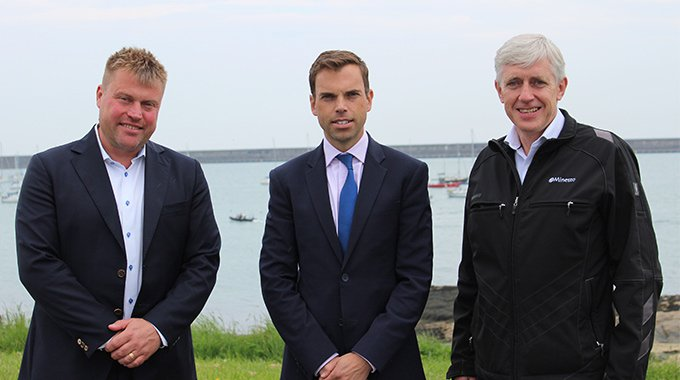 Ken Skates AM together with Minesto's CEO Dr Martin Edlund and COO David Collier. Photo: Minesto